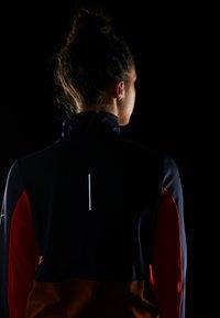 Nike Performance - REPEL TOP MIDLAYER - Bluza z polaru - obsidian/team orange/reflective silver - 6