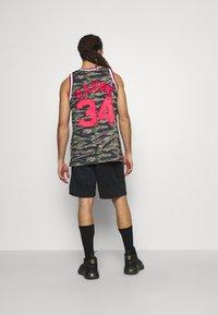 Mitchell & Ness - NBA HOUSTON ROCKETS TIGER CAMO SWINGMAN - Article de supporter - multicolor - 2