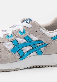 ASICS SportStyle - LYTE CLASSIC UNISEX - Trainers - white/aizuri blue - 5
