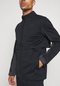 Nike Golf - HYPERSHIELD RAPID ADAPT 2-IN-1 - Waterproof jacket - black/dark smoke grey - 4