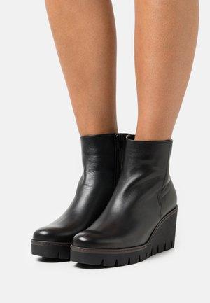 Platform ankle boots - schwarz/cognac