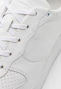 Clae - MALONE UNISEX - Sneakersy niskie - triple white - 5