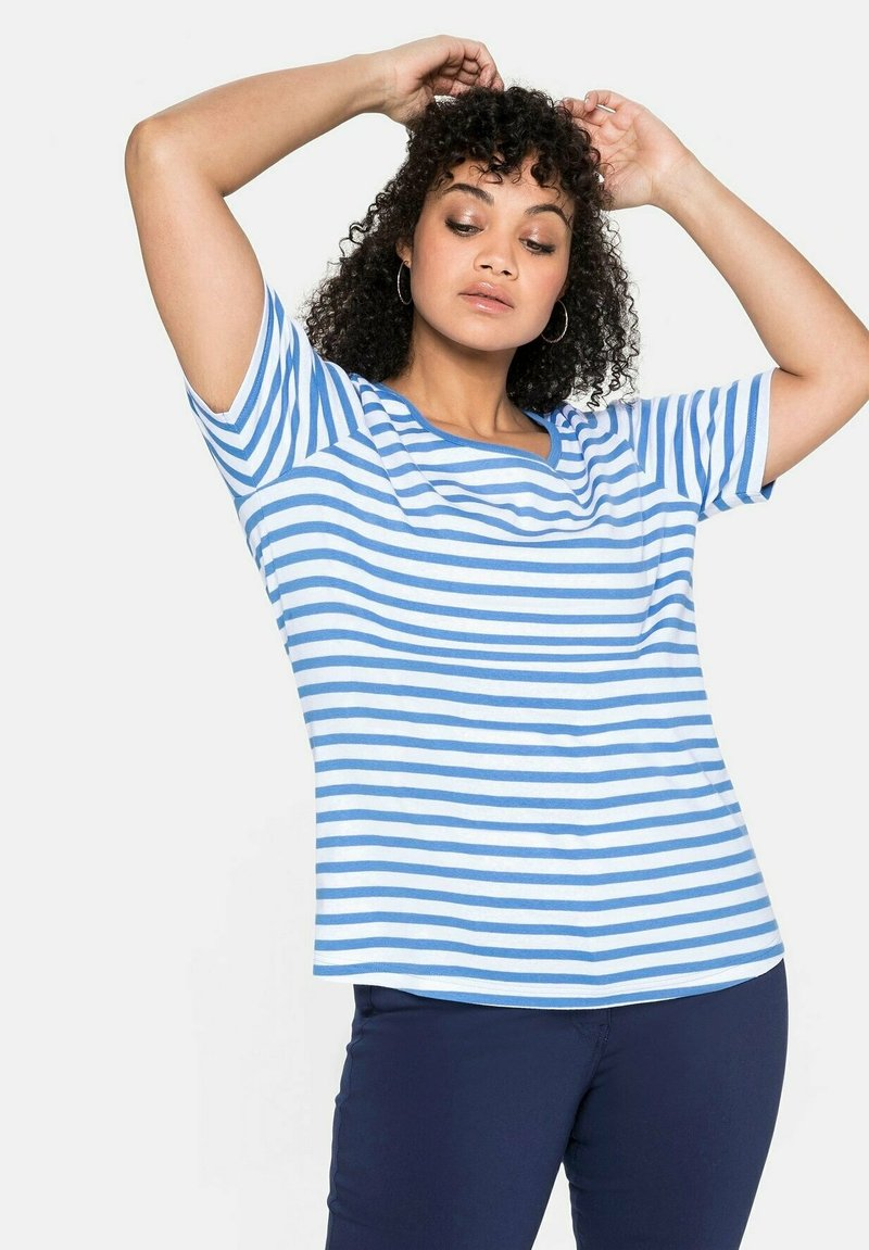 Sheego - Print T-shirt - jeansblau-weiß