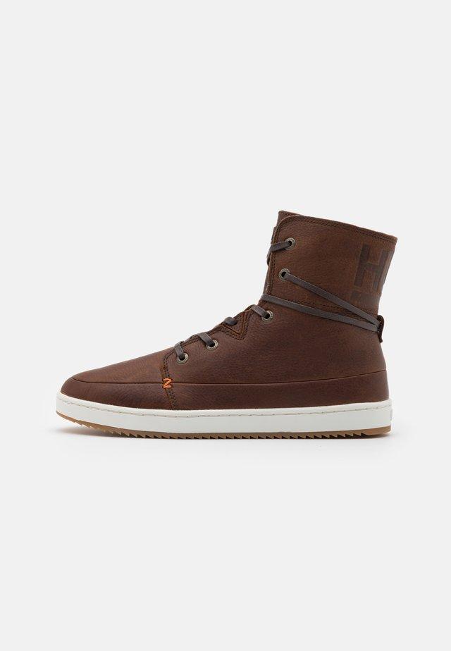 CHESS  - Zapatillas altas - dark brown/off white