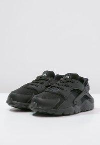 Nike Sportswear - HUARACHE RUN UNISEX - Trainers - black - 2