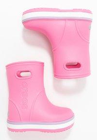 Crocs - CROCBAND RAIN BOOT - Botas de agua - pink lemonade/lavender - 0