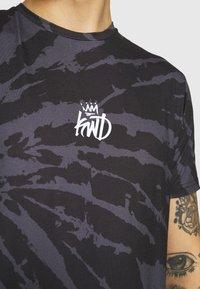 Kings Will Dream - AVALON TIE DYE TEE - T-shirt imprimé - light grey/mid grey - 4