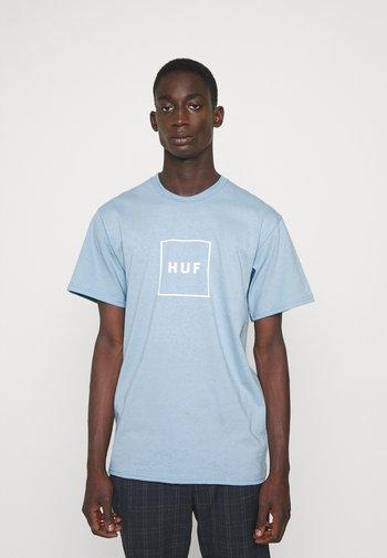 ESSENTIALS BOX LOGO TEE - Print T-shirt - light blue