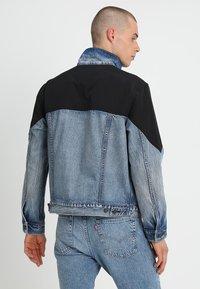 Levi's® - UNBASIC MOCKNECK TRUCKER - Giacca di jeans - cruv trucker - 2