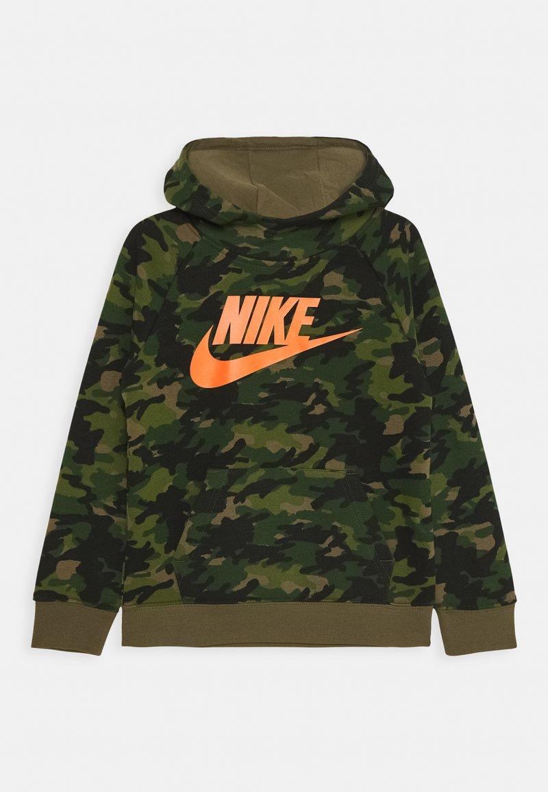 Nike Sportswear - CRAYON CAMO HOODIE - Hættetrøjer - medium olive/camelia