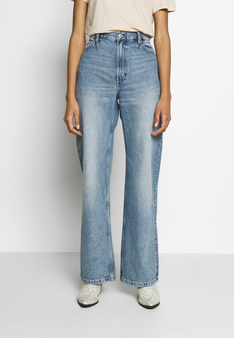 Monki - YOKO  - Flared Jeans - blue medium dusty