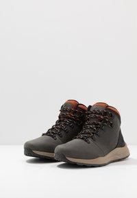 Columbia - SH/FT WP - Zapatillas de senderismo - dark grey/dark adobe - 2