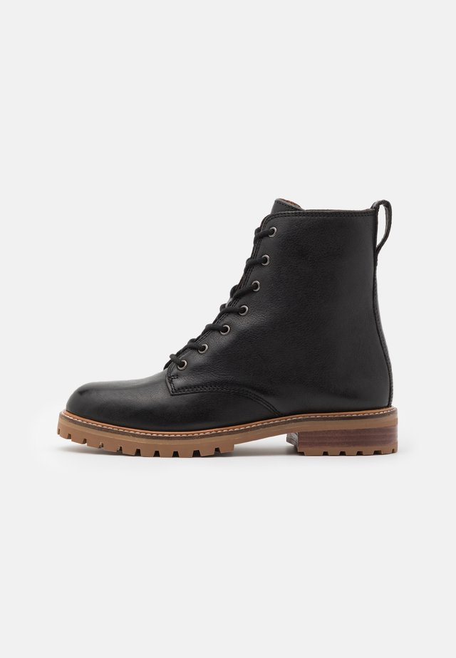 CLAIR LACE UP BOOT - Botki sznurowane - true black