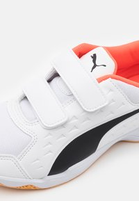 Puma - AURIZ V JR UNISEX - Sports shoes - white/red blast - 5