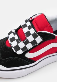 Vans - COMFYCUSH NEW SKOOL UNISEX - Trainers - black/red - 5