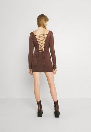SEAMS DREAMS DRESS - Žerzejové šaty - brown