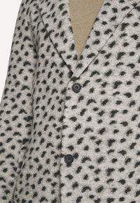 Topman - LEOPARD PRINT - Klasický kabát - grey - 4