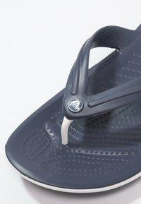 Crocs - CROCBAND FLIP UNISEX - Chanclas de dedo - navy - 5