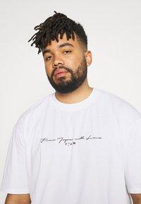 Edwin - NAZO CHEST TS - Print T-shirt - white - 3