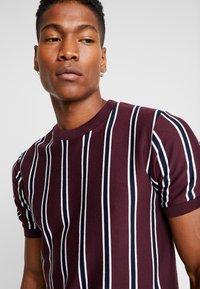 Topman - STRIPE CREW - T-shirt basic - burgundy - 4