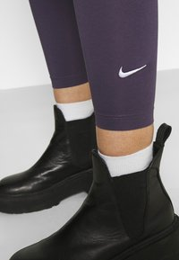 Nike Sportswear - Leggingsit - dark raisin/white - 4