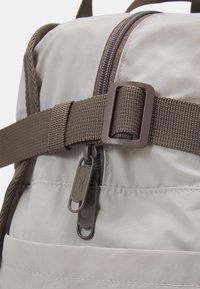 Reebok Classic - CLASSIC TAILORED PACKABLE GRIP SEASONAL UNISEX - Sportovní taška - sand stone - 3