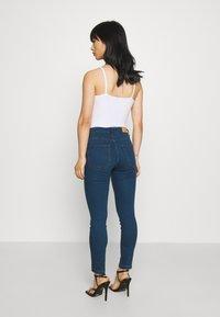 Vero Moda Petite - VMJUDY - Jeans Skinny Fit - medium blue denim - 2