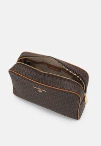 MICHAEL Michael Kors - JET SET CHARM ZIP TRAVEL POUCH - Kosmetická taška - acorn - 2