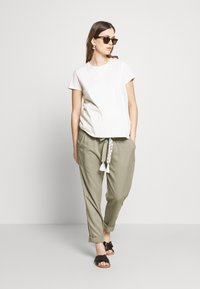 Mara Mea - NIGHT TRAIN - Spodnie materiałowe - khaki - 1