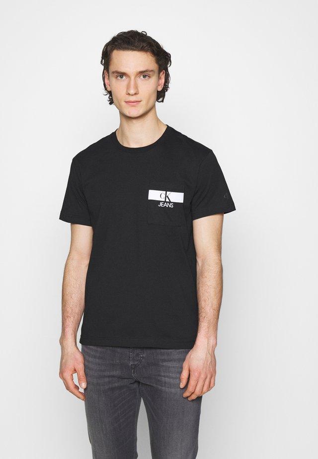 HORIZONTAL POCKET TEE - Print T-shirt - black