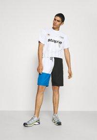 STAPLE PIGEON - VERTICAL SOCCER UNISEX - Print T-shirt - white - 1