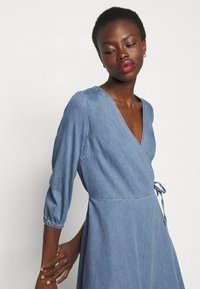 Vero Moda Tall - VMHENNA WRAP SHORT DRESS - Denimové šaty - light blue denim - 3