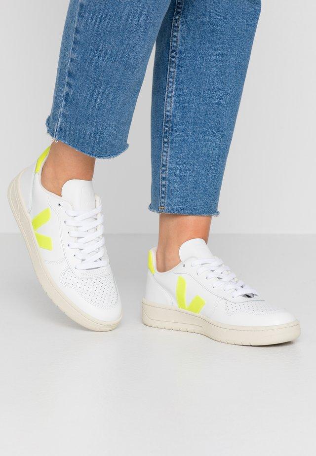 V-10 - Sneakersy niskie - white/jaune fluo
