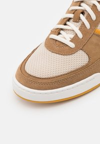 Clarks - BIZBY LACE - Sneakers laag - dark sand - 5