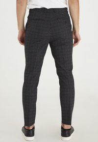 Casual Friday - PATRIK SMALL CHECKED PANTS - Trousers - navy blazer - 2