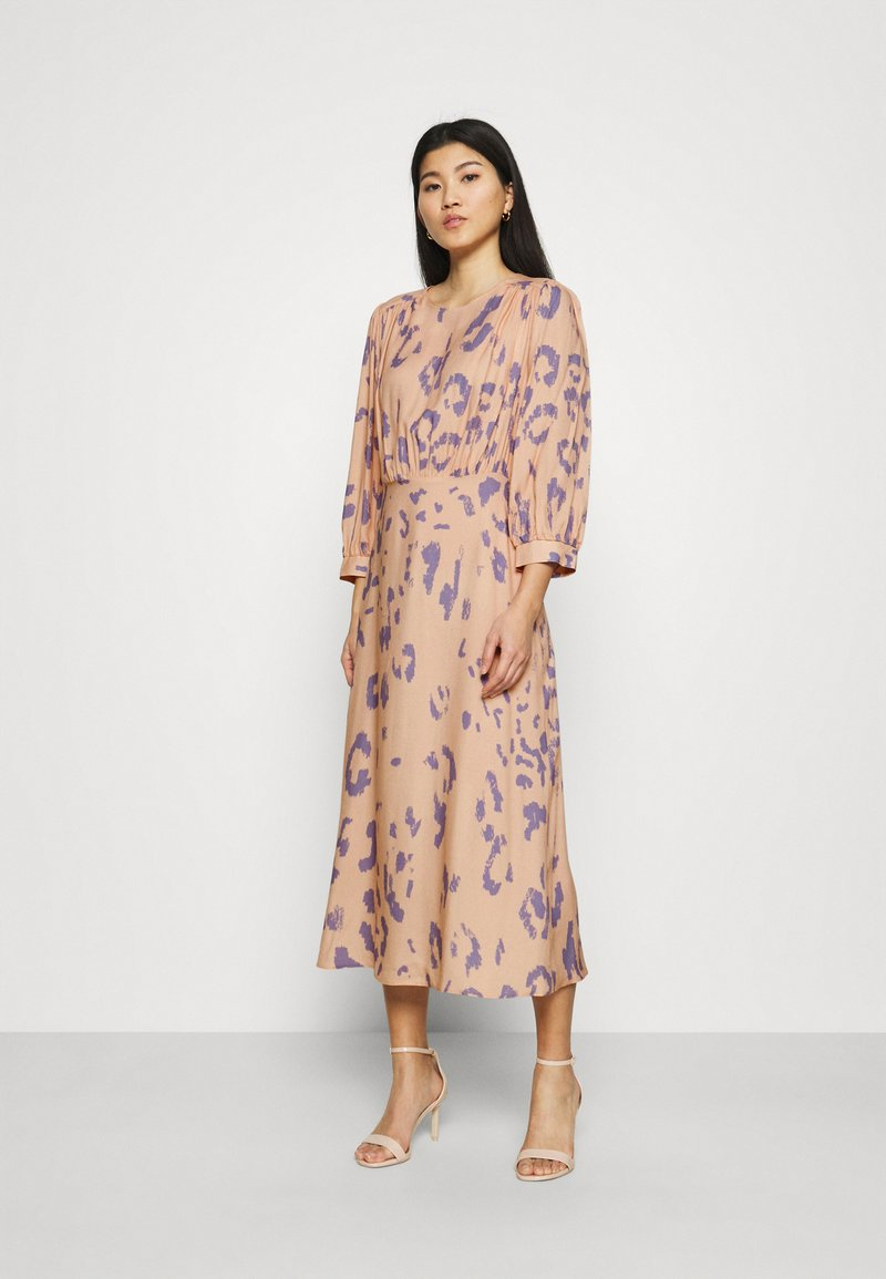 Closet - V-BACK WITH BOW MIDI DRESS - Day dress - peach