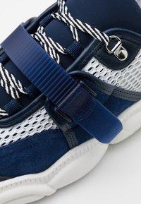 MOSCHINO - Sneakers - bianco/blu - 5