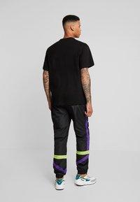 Fila - RENZ HEAVY TEE - T-shirt med print - black/tillandsia purple - 2
