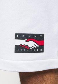 Tommy Hilfiger - ONE PLANET UNISEX - Shorts - white - 5