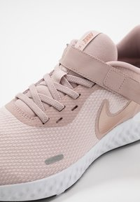 Nike Performance - REVOLUTION 5 FLYEASE - Zapatillas de running neutras - barely rose/metallic red bronze/stone mauve/black/metallic silver - 6