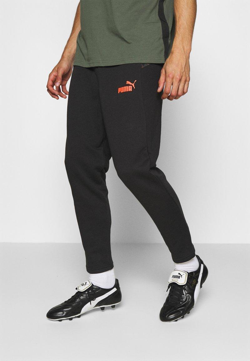 Puma - CASUALS PANT - Pantalon de survêtement - black/fizzy orange