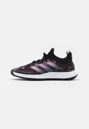 DEFIANT GENERATION - Multicourt tennis shoes - core black/grey five