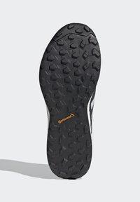 adidas Performance - TERREX AGRAVIC FLOW SCHUH - Nøytrale løpesko - black - 5