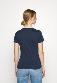 Tommy Jeans - FLAG TEE - T-shirts med print - twilight navy - 2