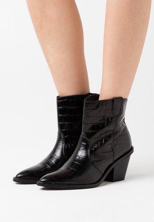 DOLLY ZIPPER BOOT - Cowboy/biker ankle boot - black