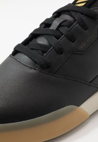 adidas Golf - ADICROSS RETRO - Zapatos de golf - core black/gold metallic/clear brown - 5