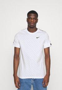 Nike Sportswear - REPEAT TEE - T-shirt med print - white/black - 0