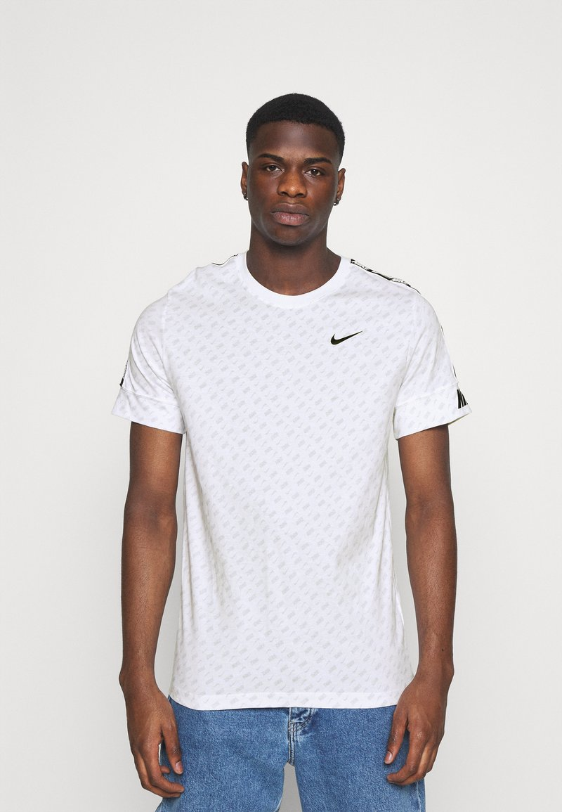 Nike Sportswear - REPEAT TEE - T-shirt med print - white/black