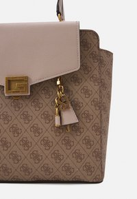 Guess - HANDBAG VALY STATUS CARRYALL - Handbag - latte - 4