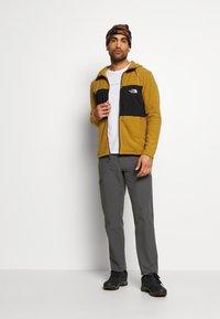 The North Face - MEN'S BLOCKED HOODIE - Fleecová bunda - british khaki/lack - 1
